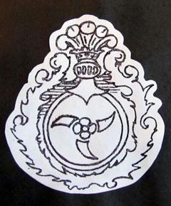 Герб «Роля»: белая роза, к которой тупыми концами прислонены три сашни, повернутые лезвием к стенкам щита