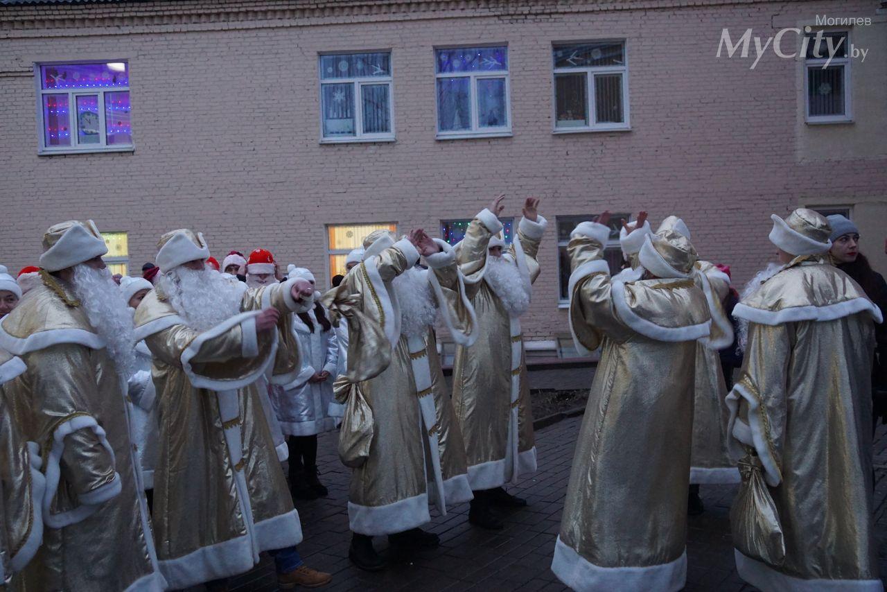 Новогодний парад Дедов Морозов «Вперед, 2020-й!» состоялся вМогилеве