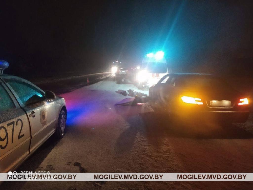 ВМогилевском районе «Опель» врезался встоящий «Мерседес» инасмерть сбил водителя