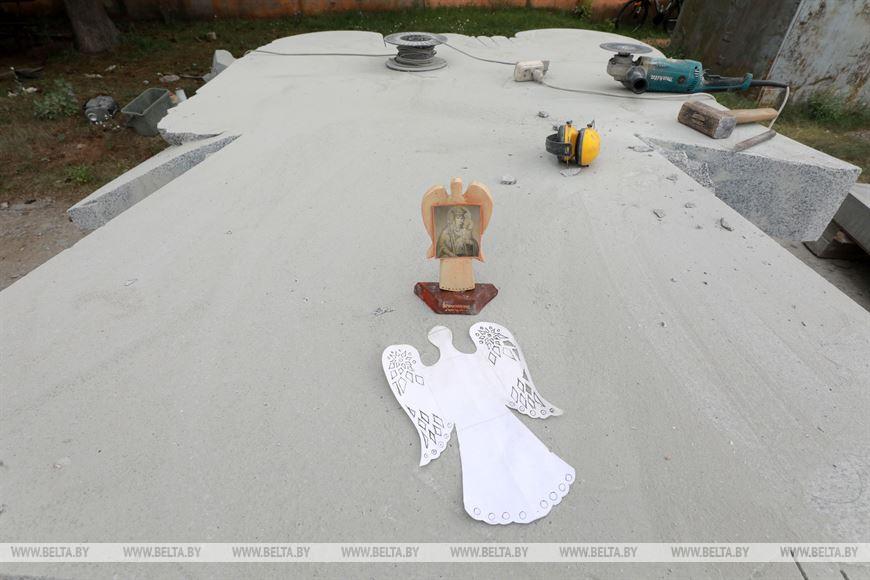 «Явление иконы»: Александр Миньков изМогилева создает скульптуру коДню письменности вБелыничах