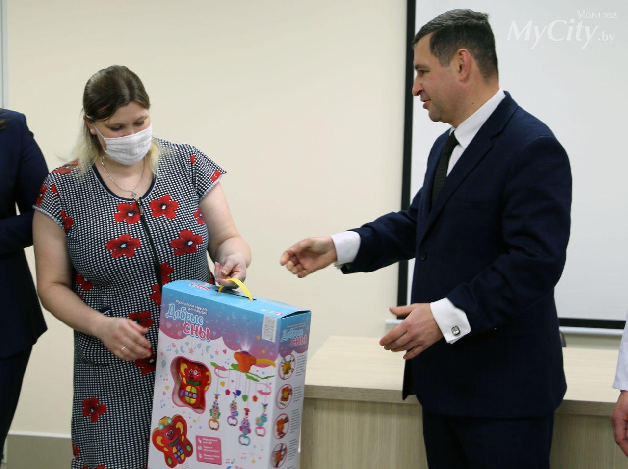 ВМогилеве поздравили маму первой родившейся встране в2021 году девочки