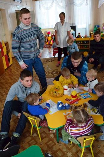 Стальные кулаки и доброе сердце: бойцы ММА посетили Дом ребёнка